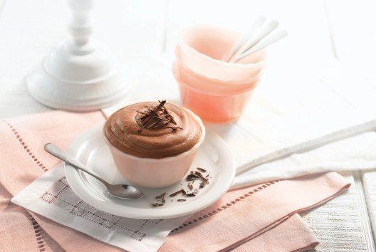 Bitterschokoladen-Mousse: Mit dem Vitamix Professional Series 750 lassen sich mit wenigen Handgriffen raffinierte Desserts wie die Bitterschokoladen-Mousse zaubern. (Bild: Vitamix)