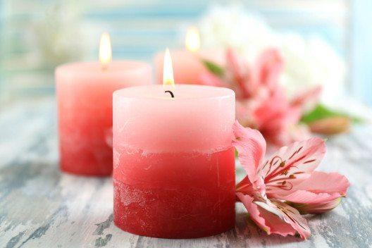 Heute werden Kerzen in allen erdenklichen Farben und Formen hergestellt. (Bild: Africa Studio – Shutterstock.com)