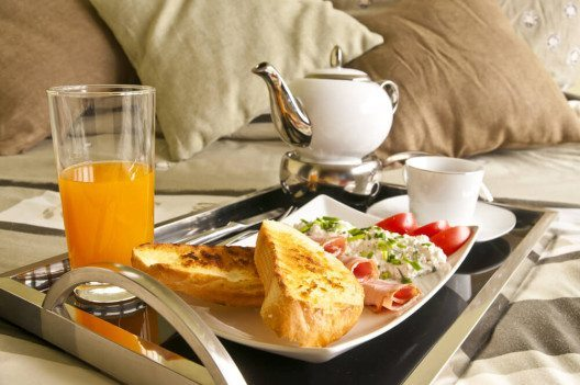 Beim Frühstück im Bett muss das Herzblatt auf nichts verzichten! (Bild: © Michal Staniewski - shutterstock.com)