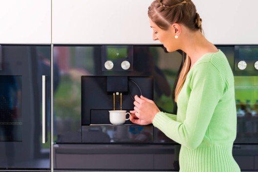 Mit Kaffeevollautomaten kommen Kaffeeliebhaber voll auf ihre Kosten. (Bild: © Kzenon - shutterstock.com)