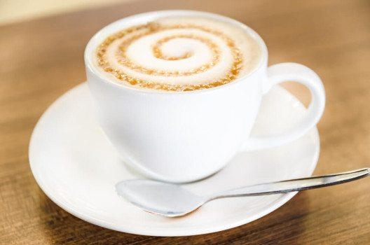 Sorten wie Latte Macchiato können geschmacklich noch aufgetunt werden, indem man ihnen mit verschiedenen Aromen wie Haselnuss, Kirsche oder Karamell einen ganz neuen Geschmack verleiht. (Bild: © dourleak - shutterstock.com)