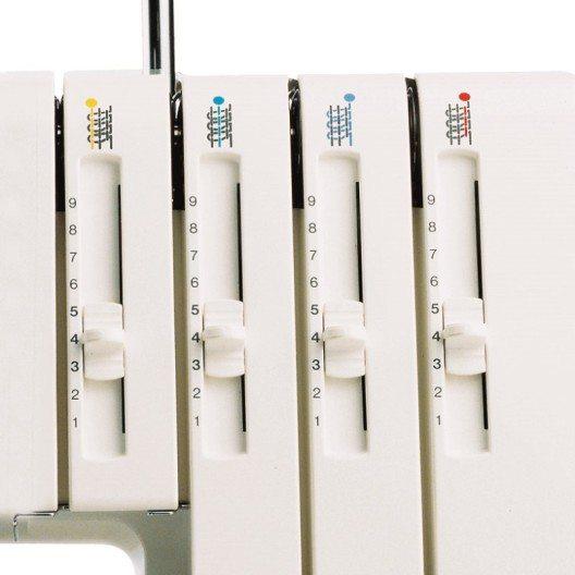 Eine Overlock-Maschine ermöglicht die zeitgleiche Verarbeitung von mehreren gespannten Fäden, während die klassische Nähmaschine auf einen Faden ausgelegt ist. (Bild: © berninazug.ch)