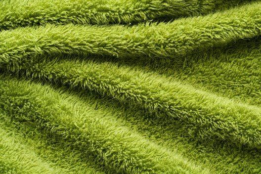 Frotteestoff wird besonders wegen seiner Saugfähigkeit und weichen Haptik geschätzt. (Bild: foto76 – Shutterstock.com)