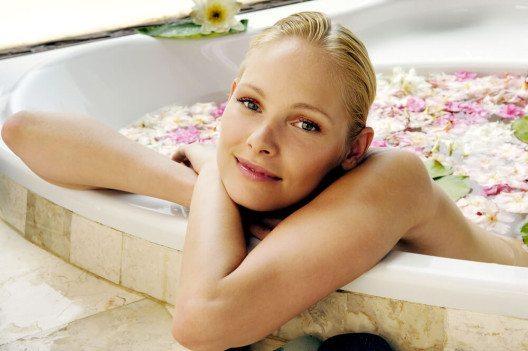 Im ganz privaten Wellness-Bad verbinden sich Entspannung, Wohlgefühl und Komfort. (Bild: USAart studio – Shutterstock.com)