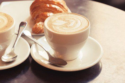 Der klassische Cappuccino gehört zu den beliebtesten Kaffeespezialitäten. (Bild: © Eugene Sergeev - shutterstock.com)