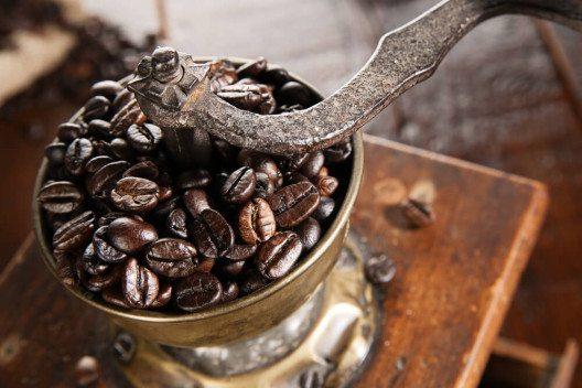 Bei der Zubereitung von Kaffee fehlt es in der Regel an grundlegenden Kenntnissen. (Bild: © Irene van der Meijs - shutterstock.com)