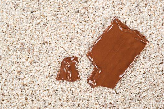 Wie bekomme ich Schokolade aus dem Teppich? (Bild: © Joe Belanger - shutterstock.com)