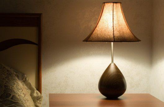Eine schicke Tischlampe zaubert mit indirektem Licht eine Wohlfühlatmosphäre. (Bild: Vladimir Kant – Shutterstock.com)
