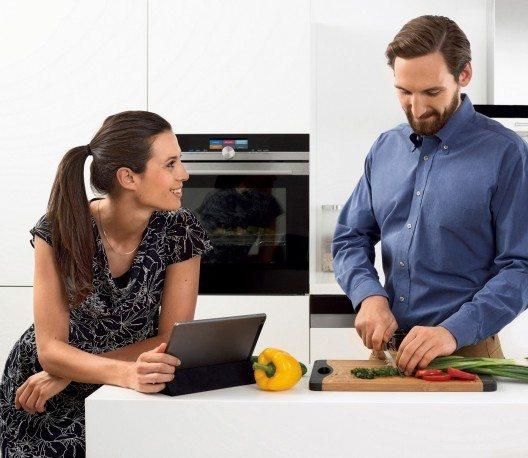 Der moderne Backofen teilt mit Hilfe einer App z. B. den optimalen Garzeitpunkt für Braten, Kuchen und Co. mit.