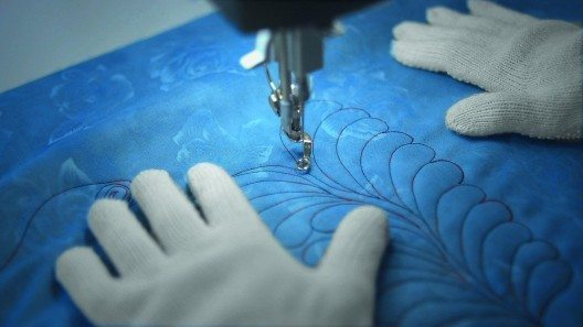 Beide Langarm-Quiltmaschinen von Bernina sichern eine Umsetzung von Mustern und Designs in höchster Präzision zu.
