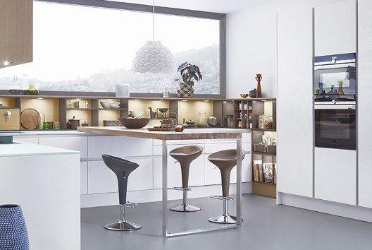 Die grosse und offene Küche erlaubt gern auch eine Küchentheke, die frei im Raum steht. (Bild: AMK)