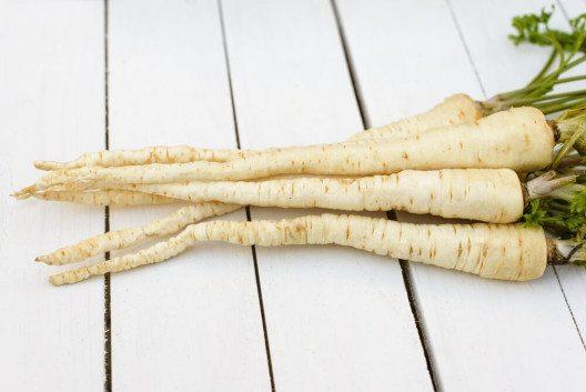 Bis ins 18. Jahrhundert gehörten Petersilienwurzeln zu den deutschen Grundnahrungsmitteln. (Bild: © Pawle - shutterstock.com)