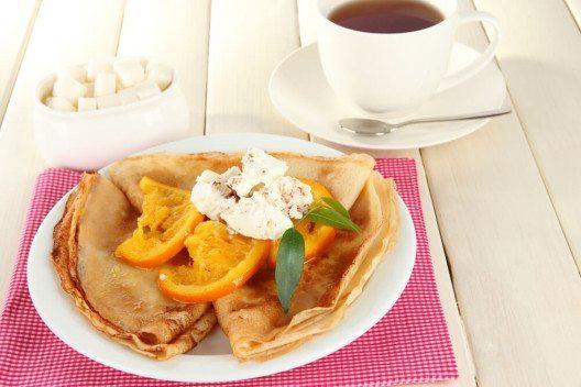 Eierkuchen mit Orangen (Bild: © Africa Studio - shutterstock.com)
