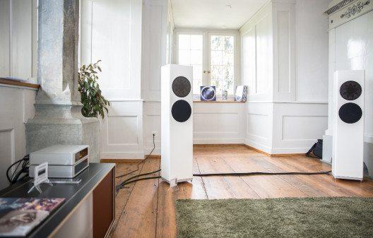 Klangschloss 2015, Minimalistische Musikanlage, natürlicher Ton von Biegewellen-Lautsprechern bei Klangwerk aus Zürich. (Bild: © IG Klangschloss)