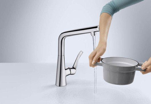 Hands free! Ein leichter Druck auf den Knopf genügt, um den Wasserfluss an- und abzustellen. Wassermenge und -temperatur lassen sich über den Griff einstellen. (Bild: AMK)