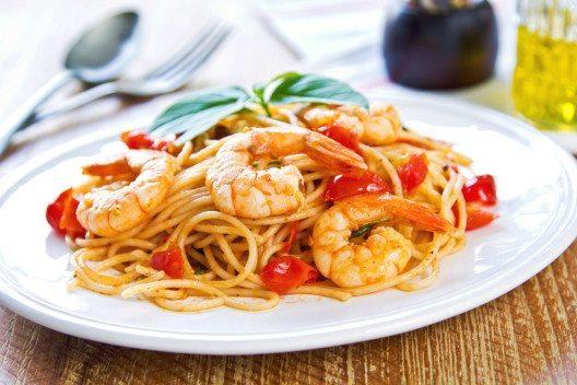 Spaghetti mit Garnelen, Cocktailtomaten und Chili. (Bild: vanillaechoes – Shutterstock.com)