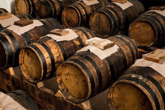 Der Essig muss monatelang in verschiedenen Holzfässern lagern. (Bild: Gua – Shutterstock.com)