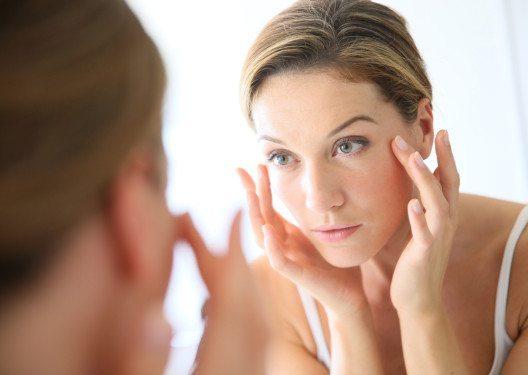 Gegen Hautalterung vorgehen (Bild: © goodluz - shutterstock.com)