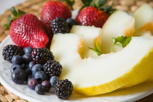 Wer langfristig schön sein will, kann getrost auf Hightech-Cremes verzichten und sich stattdessen lieber schön essen. (Bild: goodmoments – Shutterstock.com)
