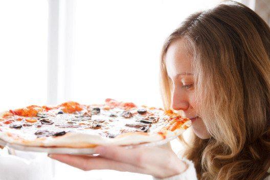 Kalorienarme Pizza ist auch sehr lecker. (Bild: OLEKSANDR SHEVCHENKO – Shutterstock.com)
