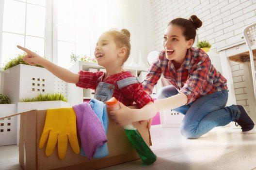 Richtig angepackt, kann das Saubermachen zu einem echten Familienprojekt werden. (Bild: Yuganov Konstantin – Shutterstock.com)