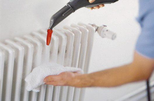 Die Reinigung der Heizkörper ist mit einer schmalen Heizkörperbürste schnell erledigt. (Bild: Kärcher AG)