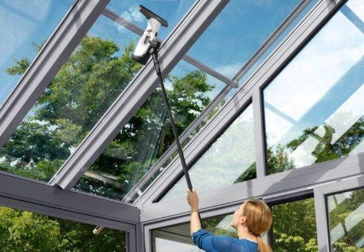 Mit der Verlängerung für den Fenstersauger können schwer erreichbare Flächen gereinigt werden. (Bild: Kärcher AG)