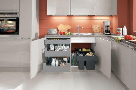 Attraktive Wohnküche mit Lackfronten in der Farbstellung Sand Ultra-Hochglanz, einer gemütlichen Ess-/Arbeitsecke und jeder Menge Stauraum (Bild: © AMK)