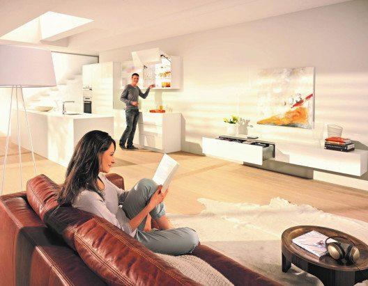 """""""Must have"""" für viele – eine grifflose Wohnküche mit innovativer Bewegungstechnologie, z.B. elektrisch für Klappen, Schubkästen und Auszüge. (Bild: © AMK)"""
