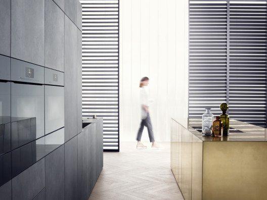 Öffnen durch Berühren: Schränke und umbaute Einbaugeräte kommen ganz ohne Griffe aus und fügen sich so in die grifflose Wohnküche ein. (Bild: © AMK)