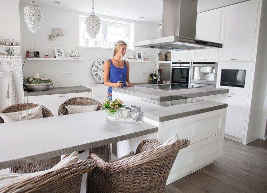 Einen hohen ergonomischen Bedienkomfort bieten elektrisch höhenverstellbare Küchenmöbel. (Bild: © AMK)