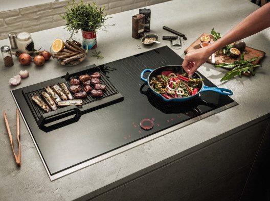Egal, wohin das Kochgeschirr verschoben wird, das Kochfeld mit flexibler Induktion merkt sich die gewählte Temperatur. (Bild: © AMK)