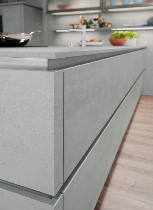 Pflegeleichte Schichtstoff-Arbeitsfläche in trendstarker Beton-Optik (Nachbildung), elegant dekorgleich kombiniert von den Fronten bis zum Küchensockel. (Bild: AMK)