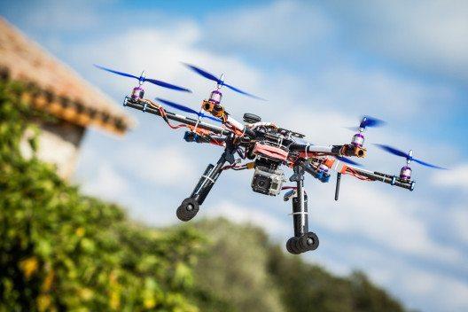 Die Privatsphäre muss bei der Verwendung von Drohnen gewahrt werden. (BIld: © funkyfrogstock - shutterstock.com)