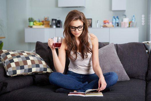 Gemütlich ein Buch lesen (Bild: © 2M media - shutterstock.com)