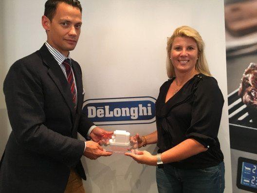 """Lisa Brack (Chefredakteurin Test und Kaufberatung bei CHIP) übergibt den Preis für den Hersteller des Jahres an DeLonghi auf der IFA in der Kategorie """"Kaffeevollautomaten"""". (Bild: © CHIP)"""