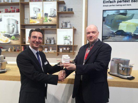 """Wolfgang Pauler (Testchef von CHIP, rechts im Bild) übergibt den Preis für den Hersteller des Jahres an Bosch auf der IFA in der Kategorie """"Küchenmaschinen"""". (Bild: © CHIP)"""
