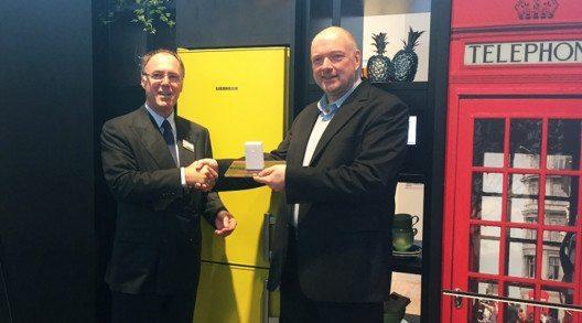 """Wolfgang Pauler (Testchef von CHIP, rechts im Bild) übergibt den Preis für den Hersteller des Jahres an Liebherr auf der IFA in der Kategorie """"Kühlschränke"""". (Bild: © CHIP)"""