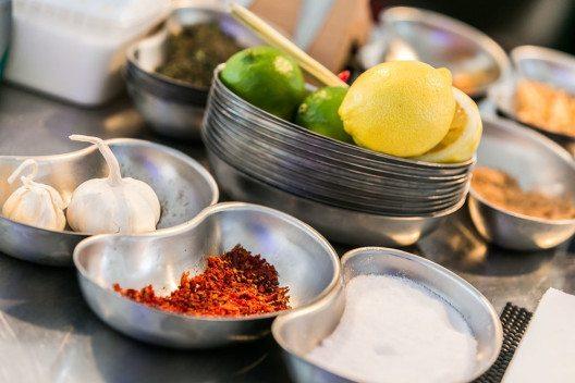 Das Hendl kann mit Kräutern, Zitrone oder Knoblauch gefüllt werden. (Bild: der EVENTfotograf Andreas Schebesta)