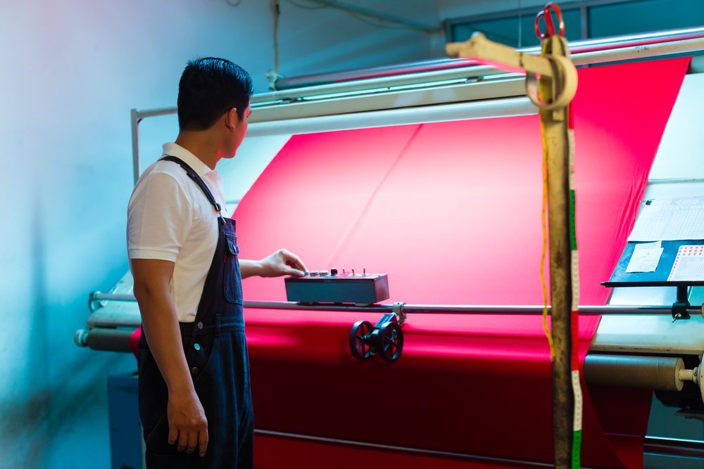 Unter Textilveredlung oder Ausrüstung versteht man die Gesamtheit der chemischen oder physikalischen Bearbeitungsprozesse, durch die textile Rohwaren gebrauchsfertig gemacht werden. (Bild: © Kzenon - shutterstock.com)