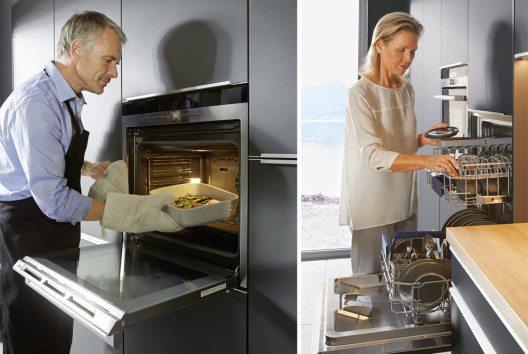 In einer modernen Einbauküche fühlen sich beide Geschlechter wohl, egal ob einzeln oder gemeinsam. Nicht zuletzt durch die neuen technischen Features ändert sich auch immer mehr die klassische Rollenaufteilung. Der Mann kocht und die Frau räumt nach dem Essen den Geschirrspüler ein. (Bilder: AMK)