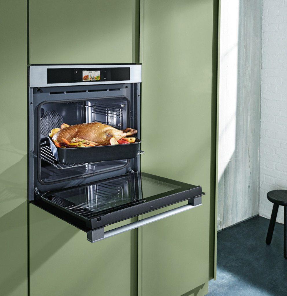 Leistungsstark und platzsparend ist dieser 3in1-Alleskönner, denn er vereint drei vollwertige Geräte in einem. Heissluft, Dampf, Mikrowelle und Grill können dabei auch gleichzeitig genutzt werden. Nach der Weihnachtsbäckerei geht's dann weiter mit Weihnachtsbraten.