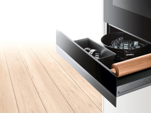 Unentbehrlich, passend im Design und mit komfortablem Vollauszug: grifflose push&pull-Zubehörschubladen bieten extra viel Platz für das Back-Equipment.