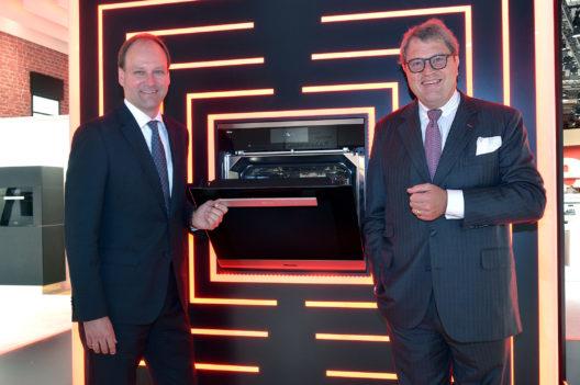 Hier präsentieren Dr. Markus Miele (links) und Dr. Reinhard Zinkann den Dialoggarer.
