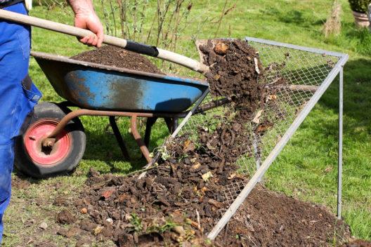 Ein Durchwurfsieb leistet nützliche Dienste. (Bild: Marina Lohrbach - shutterstock.com)