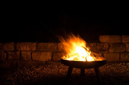 Eine Feuerschale sorgt für romantische Stimmung. (Bild: juhe-IdeeID - shutterstock.com)
