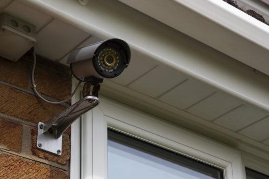 Mehr Sicherheit mit Aussenkameras (Bild: Ed Samuel - shutterstock.com)