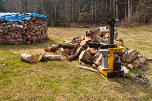 Bequem arbeiten mit einem Holzspalter (Bild: Marsan - shutterstock.com)