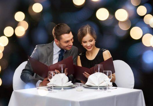Ein romantisches Dinner schenken (Bild: Syda Productions – shutterstock.com)