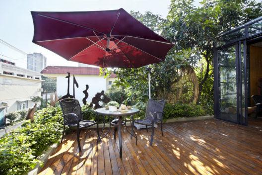 Gut geschützt vor der Sonne auf dem Balkon und im Garten (Bild: LI CHAOSHU - shutterstock.com)